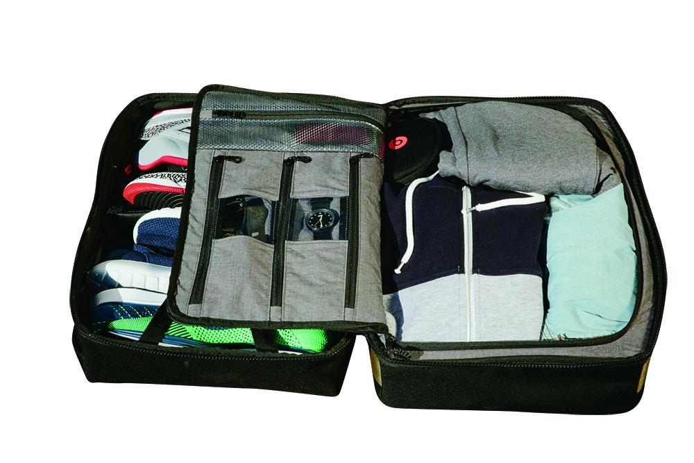 スーツケースの様に開く本体。外側にキックス収納スペースがあり、当然、複数の通気孔と、内部でジッパーを使用して完全に荷室を仕切れる。ジッパーは締め切った場所でポケットに包まれる構造でキックスを傷めない。