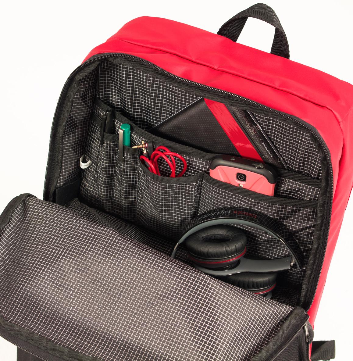 前面上部収納スペースは多数のポケットで小分けされており、使いやすい。